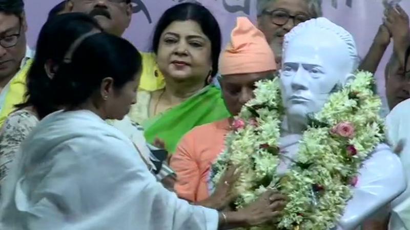 West Bengal Chief Minister Mamata Banerjee unveils Vidyasagar's statue. (Photo: Twitter/ ANI)