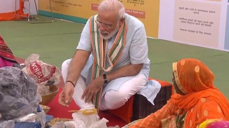 At the event, Modi also exchanged pleasantries with a couple of women rag pickers.