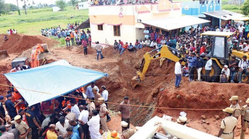 Rescue operations underway to save two-year-old Sujith Wilson at Nadukattupatti village near Manapparai on Saturday. (Photo: DC)