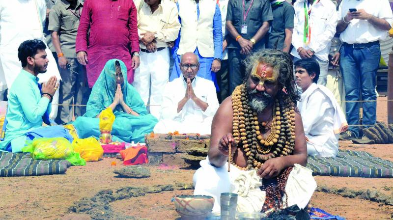 Spiritual leader Namdev Das Tyagi popularly known as Computer Baba performs puja at the election campaign venue of Congress candidate for Bhopal Lok Sabha seat Digvijay Singh in Bhopal on Tuesday. (Photo: PTI)