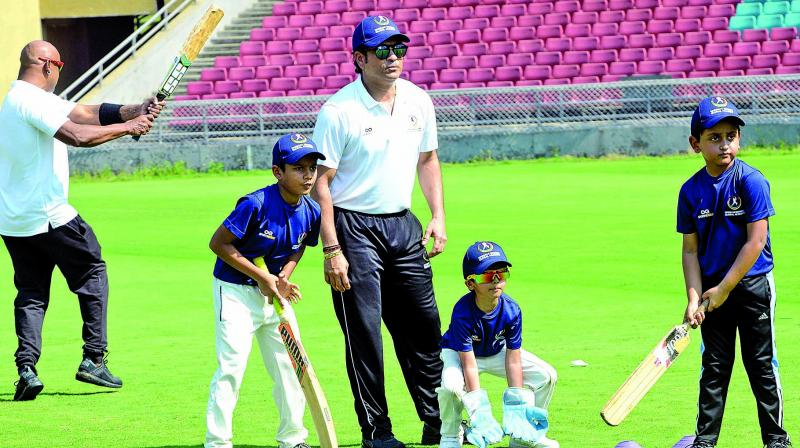 Former Indian cricketer Sachin Tendulkar gives batting tips to young cricketers. (Photo: Rajesh Jadhav)