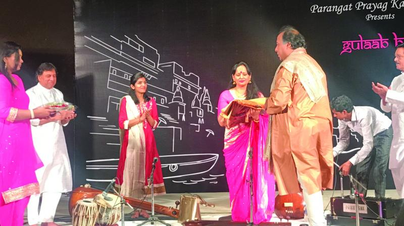 Sunanda Sharma being  honoured by Dhrupad maestro Padma Shri Ustad Faiyaz Wasifuddin Dagar.