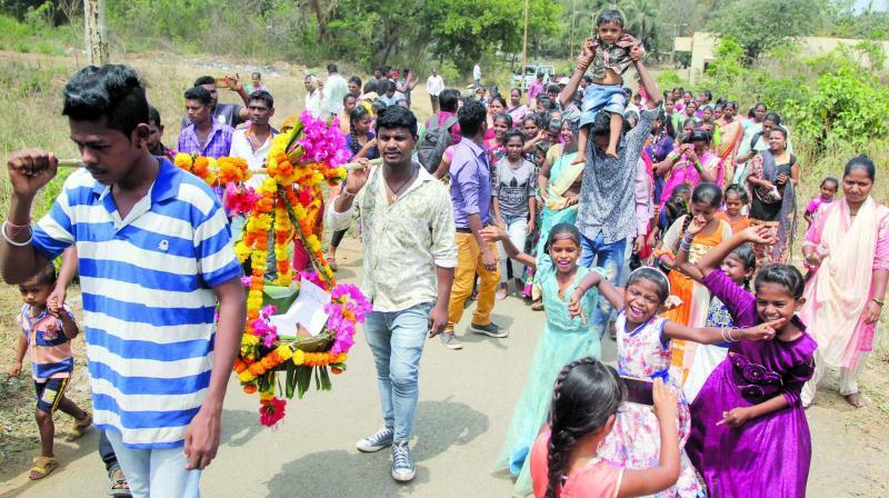 Tribals carrying NOC letter. (Photo: MRUGESH BANDIWADEKAR)