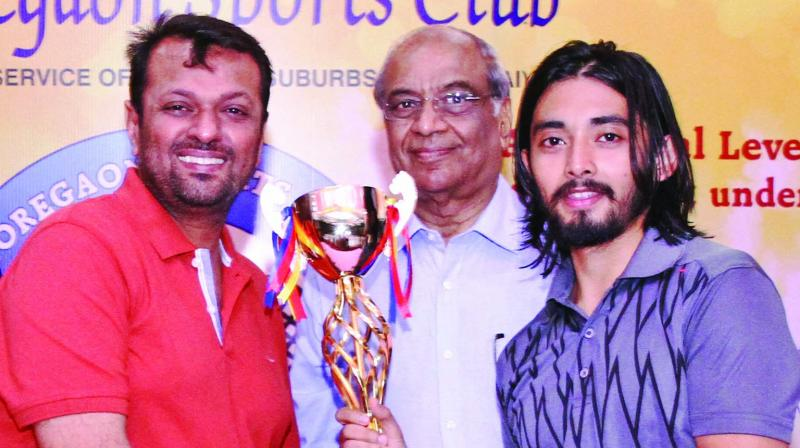 Abhishek Pradhan receiving the trophy from GSC Chairman (indoor sports) Parag Shah and Dr.J.B.Agarwal.