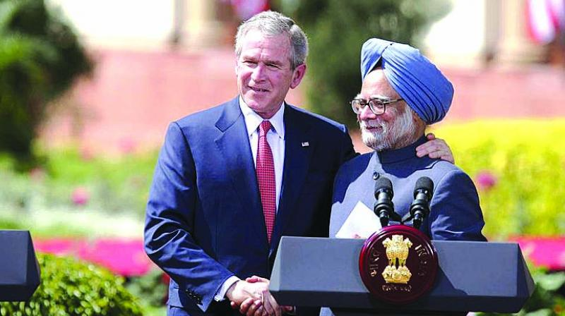 US President George W. Bush and Prime Minister Manmohan Singh exchange handshakes in New Delhi on March 2, 2006.