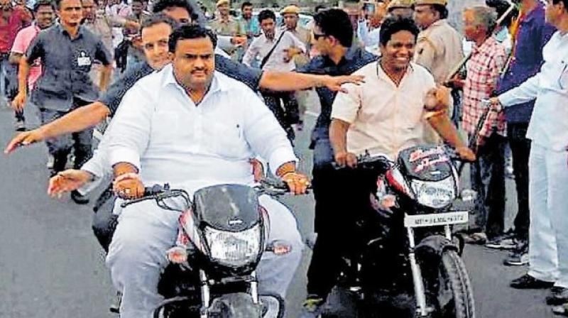 Union Transport Minister Nitin Gadkari and Congress leader received flak on social media. (Photo: Twitter/ @harshit_shukl)