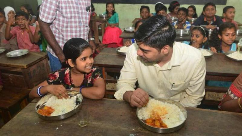 To everyone's surprise, the district collector, S Suhas, ended up eating with a large number of school students. (Photo: Facebook / @districtcollectoralappuzha)