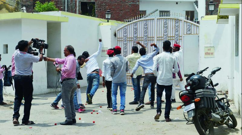 A group of protesters hurl eggs and tomatoes at the residence of UP Cabinet minister Om Prakash Rajbhar in Lucknow. (Photo: PTI)