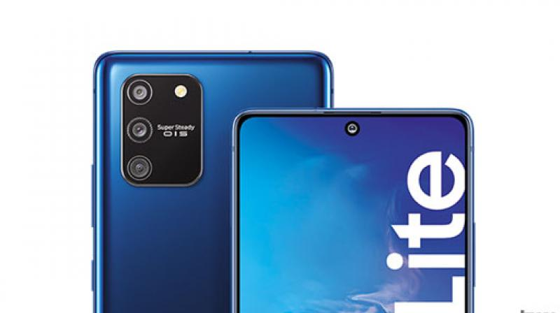 The biggest USP of Galaxy S10 Lite's Pro-Grade camera is its Super Steady Optical Image Stabilization (OIS), a gimbal-like hardware that tilts the camera unit to ensure blur free photos and videos.