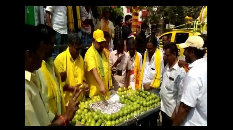 DP leader Maganti Venkateswar Rao, who is contesting in the upcoming Lok Sabha election from Eluru seat, sold guavas for a brief period of time while campaigning in Kaikaluru area on Saturday. (Photo: ANI)