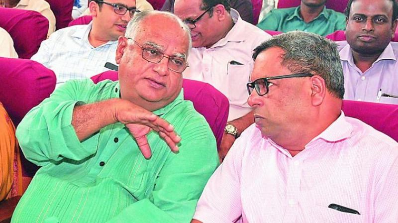 Basix chairman Vijay Mahajan (left) speaks to Bharat Financial Inclusion Limited MD and CEO M.R. Rao at an event in Hyderabad. (Photo: Asian Age)