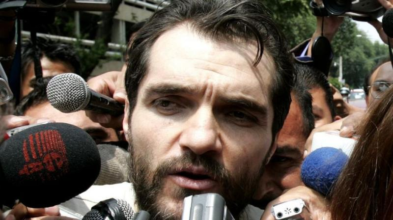 The detained Argentine businessman Carlos Ahumada was filmed in 2004 giving bundles of money to Lopez Obrador's main ally in the City Council, Rene Bejarano. (Photo: AP)