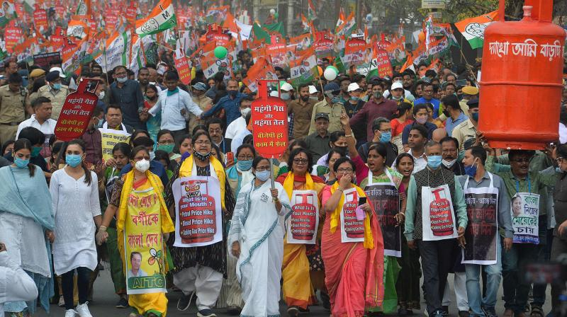 Chief Minister of West Bengal Mamata Banerjee (C) along with Indian supporters of All India Trinamool Congress (AITC) take part in a protest rally against the rise in prices of petroleum products, in Siliguri on March 7, 2021 ahead of the upcoming West Bengal's legislative assembly elections. (Photo: AFP)