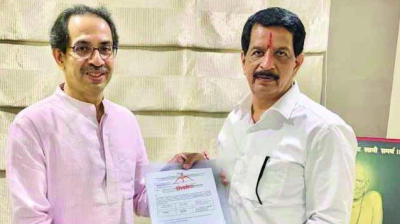 Uddhav Thackeray handing over the A-B forms to Pradeep Sharma. (Photo: AA)