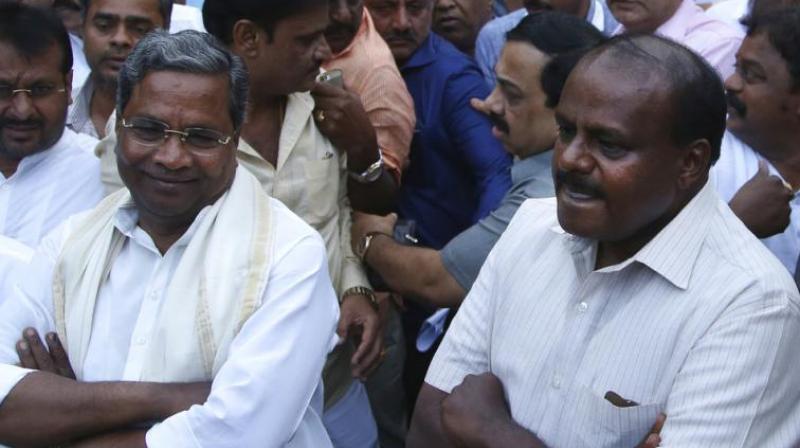 Outgoing Karnataka state Chief Minister Siddaramaiah (L) and Janata Dal (Secular) leader HD Kumaraswamy (R). (Photo: AP)