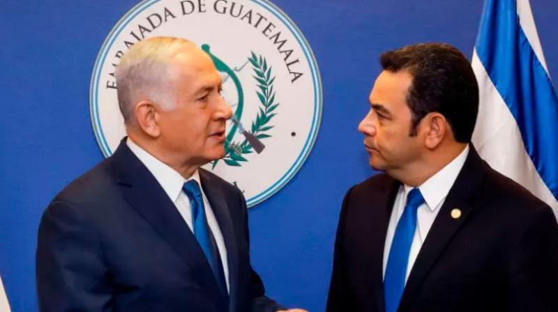 Israeli Prime Minister Benjamin Netanyahu (L) speaks with Guatemalan President Jimmy Morales ahead of the inauguration ceremony of Guatemala's embassy in Jerusalem. (Photo: AFP)