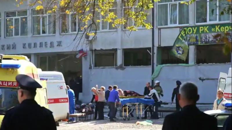 Rescuers carry an injured victim of a blast at at a college in the city of Kerch on October 17, 2018. - Thirteen people were killed and 50 more wounded, most of them teenagers, after a blast tore into a college canteen in Russian-annexed Crimea in what Moscow called a 'terrorist' attack. (Photo: AFP)