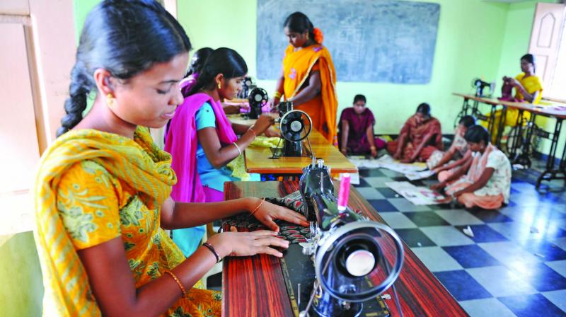 Indian rural women use sewing machines (Photo: AFP)