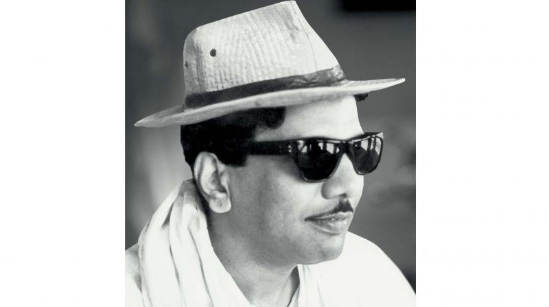 Karunanidhi's family chose a coffin with an inscription — in typical Christian or secular tradition — to lower the remains into the ground. No religious rites were performed although some of his closest kin followed an old Indian tradition of dropping rice into the coffin.
