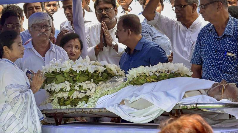 Chief minister Mamata Banerjee pays her last respects to former Lok Sabha Speaker Somnath Chatterjee at state Assembly in Kolkata. (Photo: PTI )
