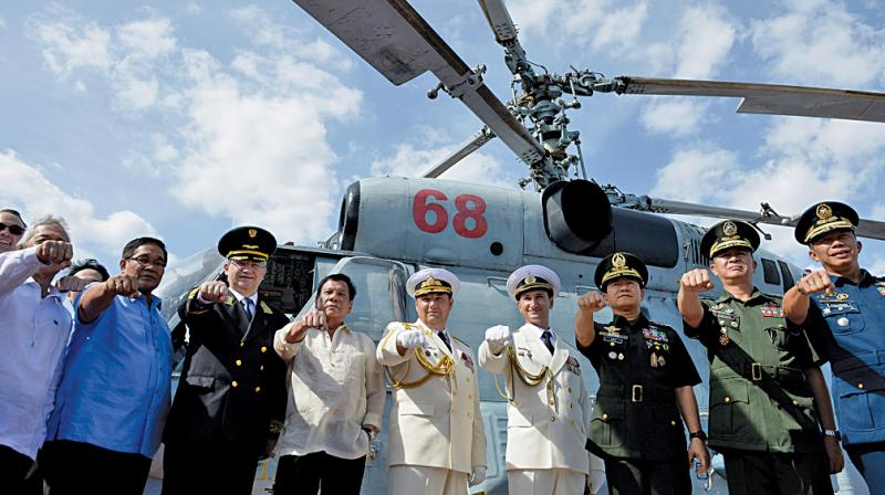 Philippines President Rodrigo Duterte (fourth left) gestures with Russian ambassador to Philippines Igor Khovaev (third left) and Russia's Rear Admiral Eduard Mikhailov (fifth left) on Admiral Tributs in Manila. (Photo: AFP)