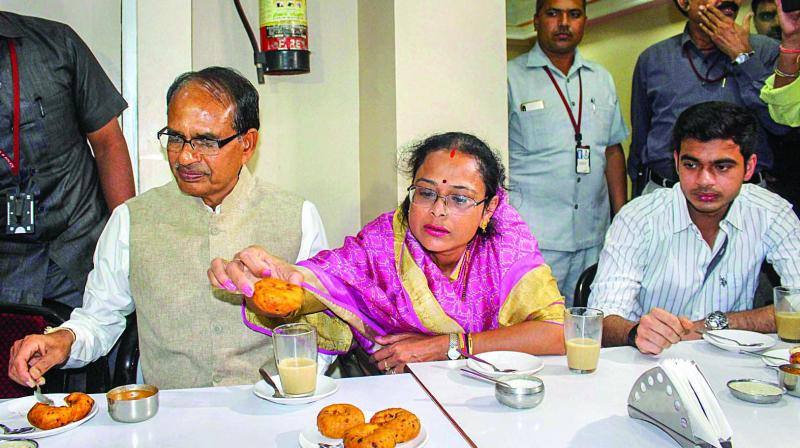 Madhya Pradesh chief minister Shivraj Singh Chouhan, along with his wife Sadhna and son Kunal, enjoys snacks during a visit to Indian Coffee House in Bhopal on Tuesday. (Photo: PTI )