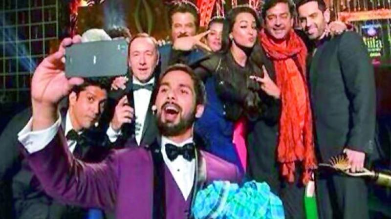 Film actors click selfies at a 2014 film awards event.