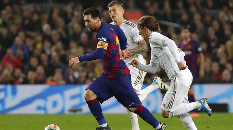 Barca looked short of ideas against arch-rivals Real Madrid, with Lionel Messi being their only source of inspiration.  The Argentine could have broken the deadlock in the first half but Sergio Ramos slid to the floor to block his goal-bound shot. Toni Kroos and Luka Modric try to snatch the ball away from Messi. (Photo:AP)