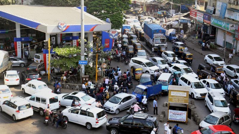 Heavy rush at a petrol pumps. (Photo: PTI)