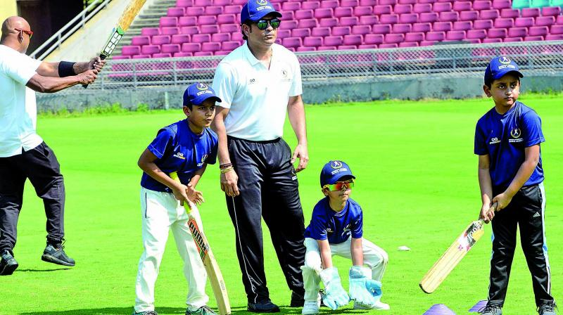 Former Indian cricketer Sachin Tendulkar gives batting tips to young cricketers. (Photo: Rajesh Jadhav)