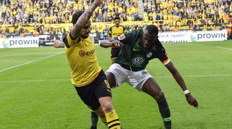 A pigeon that had camped in the Dortmund box and stubbornly refused to leave was by far the most interesting incident until the break. (Photo: AP)