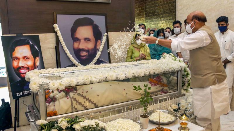 Union Defence Minister Rajnath Singh pays tribute to the mortal remains of Union Minister and Lok Janshakti Party (LJP) leader Ramvilas Paswan after his demise on Thursday evening, at his Janpath residence in New Delhi. — PTI photo