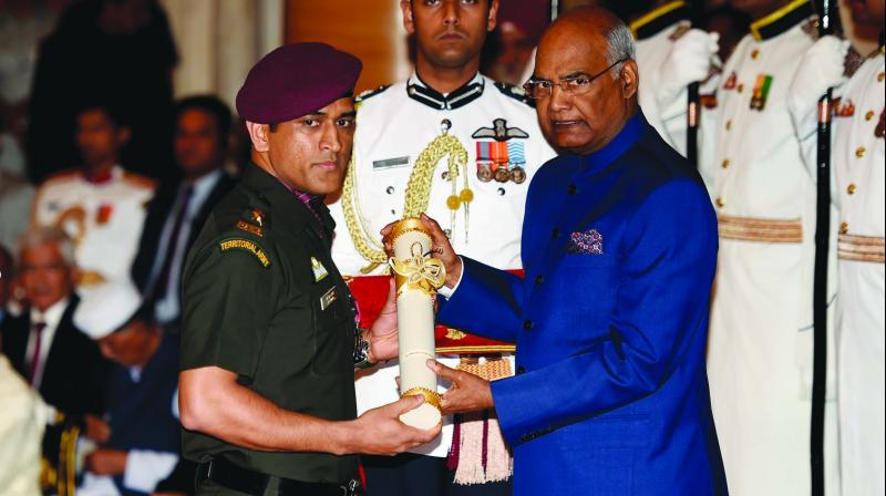 MS Dhoni receiving his award from President Ram Nath Kovind.