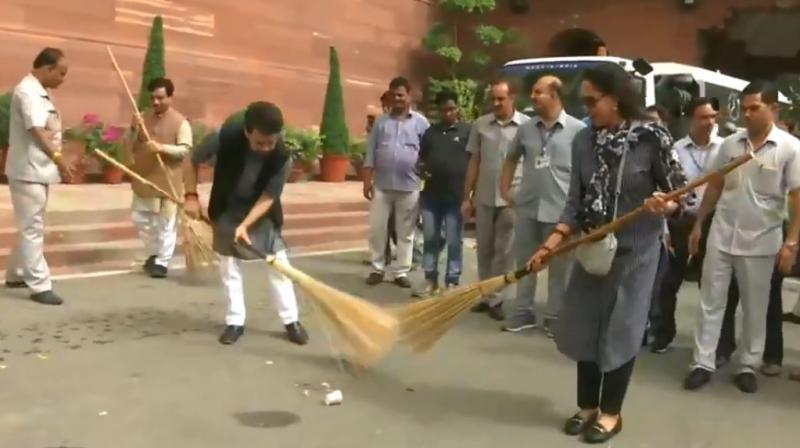 BJP leaders Hema Malini and Anurag Thakur taking part in Clean India Campaign. (Photo: Videograb/ANI)