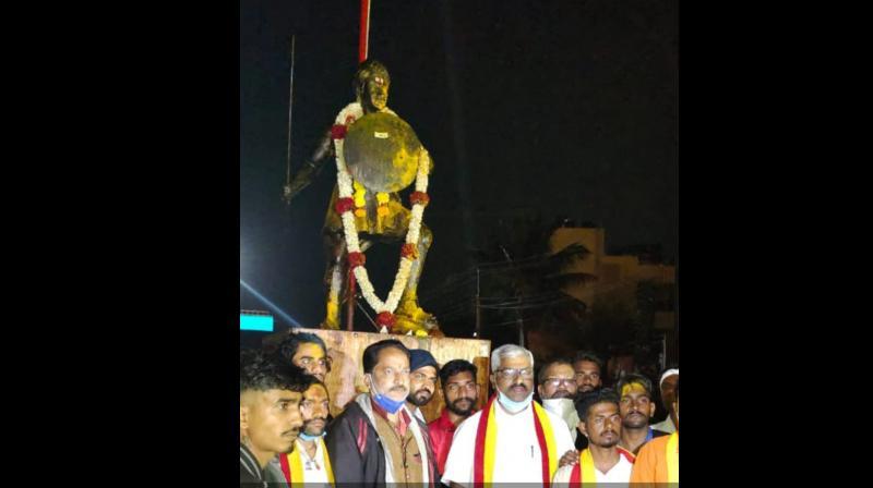 Activists of various Kannada organizations installed freedom fighter Sangolli Rayanna statue in Peeranawadi village on Friday morning.