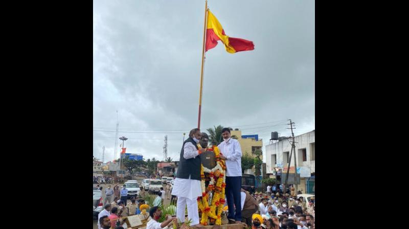 Rural development and panchayat raj minister KS Eshwarappa garlanding Rayanna statue in Peeranawadi village on Saturday.