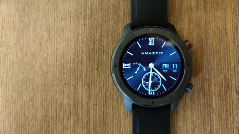 The Amazfit GTR 42mm incorporates a beautiful design with a small form factor. Unlike the bigger 47mm, the 42mm ships with a silicone strap of the colour you choose.