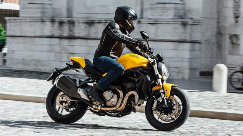 Monster 821 comes with a Euro 4 compliant liquid-cooled engine which delivers a maximum power of 109 hp.