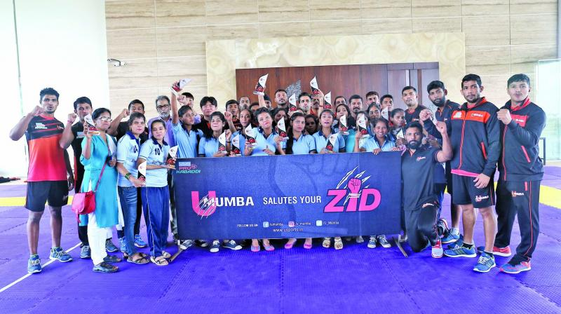 The U Mumba team with Apnalaya's kabaddi mentor girls.