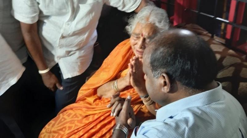 HD Kumaraswamy meets mother of arrested Cong leader Shivakumar