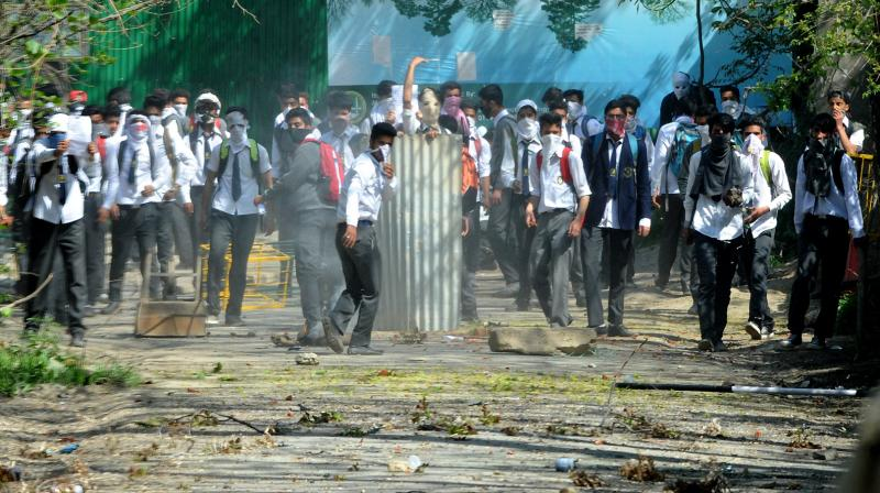 Students and security forces clash in Pulwama, Kashmir. (Photo: Asian Age/HU Naqash)