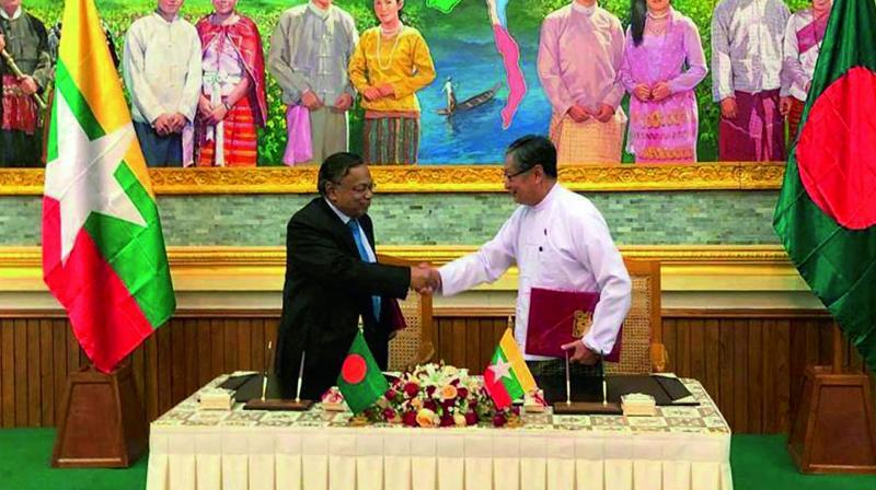 Myanmar's union minister for the office of the state counsellor Kyaw Tint Swe, right, shakes hand with Bangladeshi foreign minister Abdul Hassan Mahmud Ali after signing the Arrangement on Return of Displaced Persons from Rakhine State in Naypyitaw. (Photo: AP)