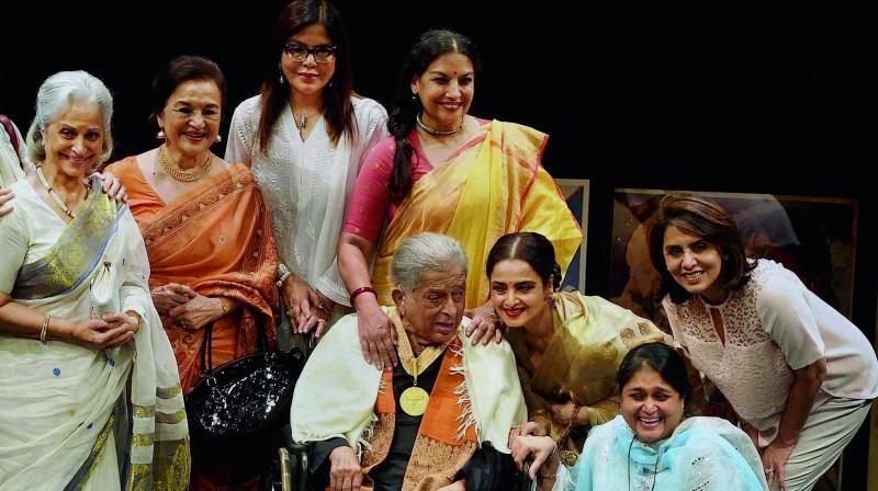 Shashi Kapoor with his leading actresses at the Dadasaheb Phalke award function.