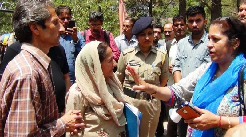 Accused Vijay Singh (brown shirt), owner of one of the hotels, who allegedly shot dead Assistant Town and Country Planning officer Shail Bala Sharma (in blue), in Kasauli during demolition drive, is seen talking to her hours before the incident. (Photo: ANI/Twitter)