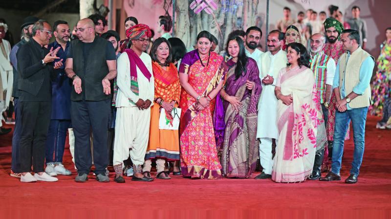 Minister of textile Smriti Zubin Irani with the fashion designers and craftsmen