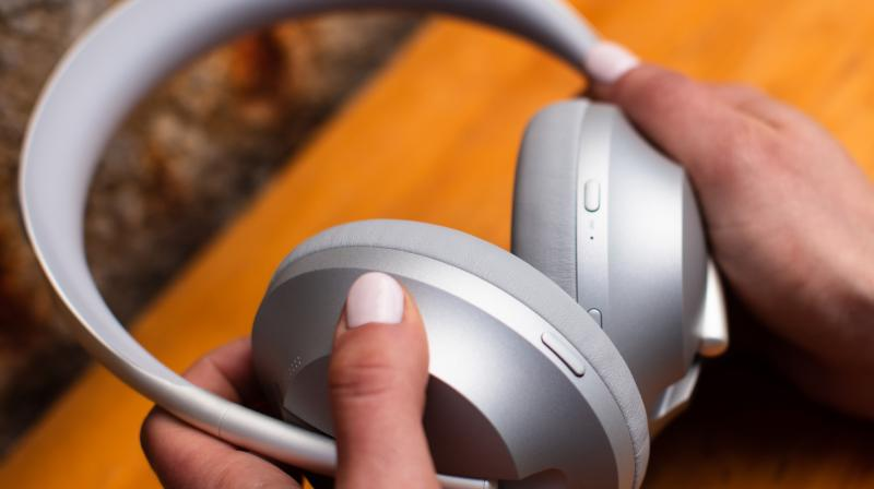 The Bose NC 700 is built around a stainless steel headband that feature a matte finish and they beautifully transition from a flat to cylindrical shape.