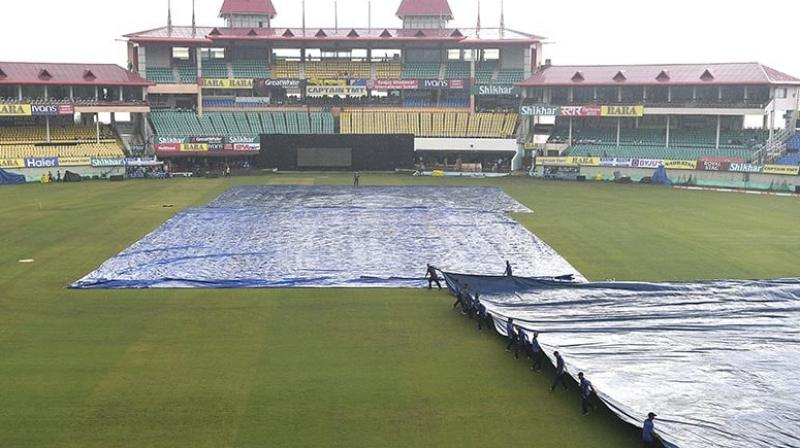 According to the MET, the weather forecast for today's game looks bad as there might be scattered thunderstorms and light showers but the sky will become clearer as the evening comes closer. (Photo:AFP)