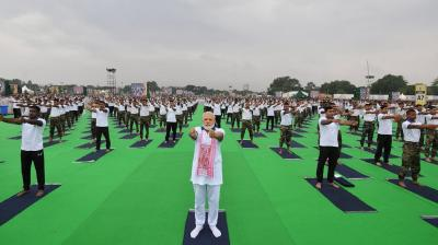 India led the world in celebrating 5th International Yoga Day. Prime Minister Narendra Modi performing yoga with Indian Army jawans. (Photo: Twitter | @narendramodi)