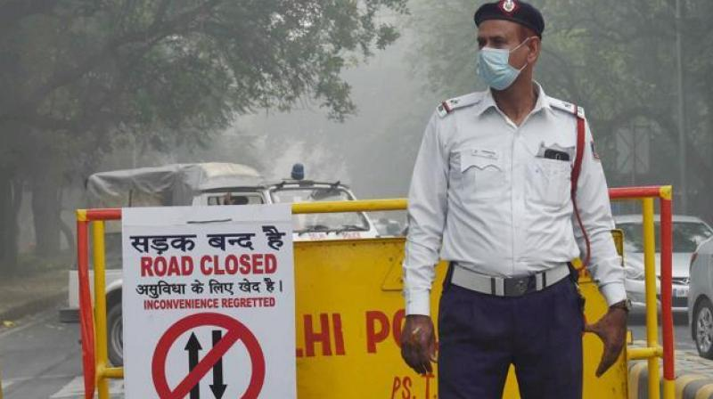 A traffic policeman wears a pollution mask due to heavy smog and air pollution in New Delhi. (Photo: PTI)