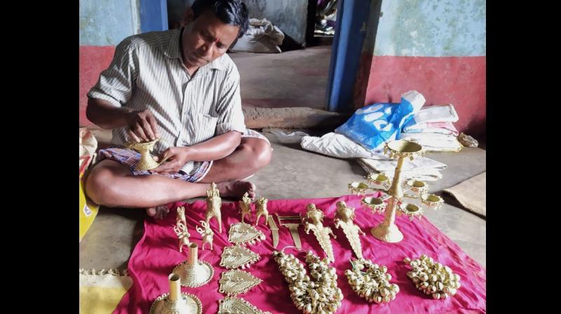 Bhujanga Rao Madaavi in his village working on Dokra items